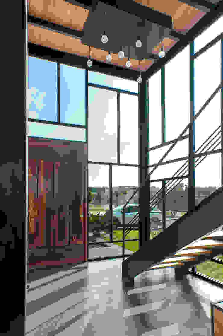 aaestudio Modern Corridor, Hallway and Staircase