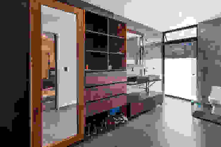 Baño bestidor Vestidores de estilo moderno de aaestudio Moderno
