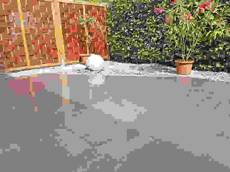 Granitkugel kombiniert mit Terrassenplatten aus dunkelgrauen Granit Moderner Balkon, Veranda & Terrasse von NPR Natursteinpark Ruhr GmbH Modern Granit