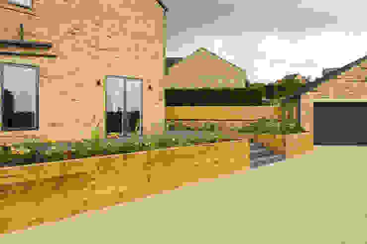 Deck bounded by Raised Sleeper Beds Yorkshire Gardens Jardin moderne