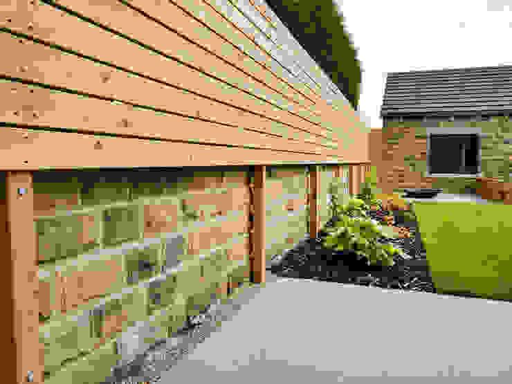 Horizontally Boarded Fence Yorkshire Gardens Jardin moderne