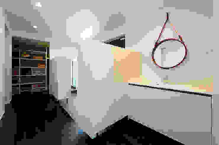 *studio LOOP 建築設計事務所 Ingresso, Corridoio & Scale in stile moderno