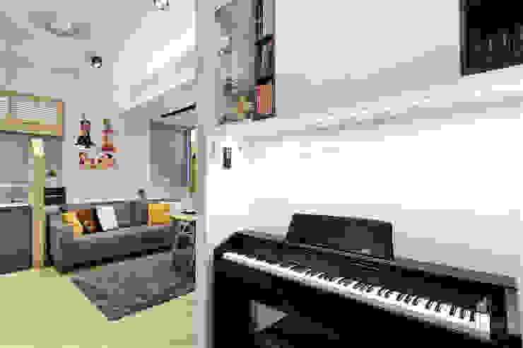Sai Wan Ho, Hong Kong, Interior Design by Darren Design Eclectic style living room by Darren Design & Associates 戴倫設計工作室 Eclectic