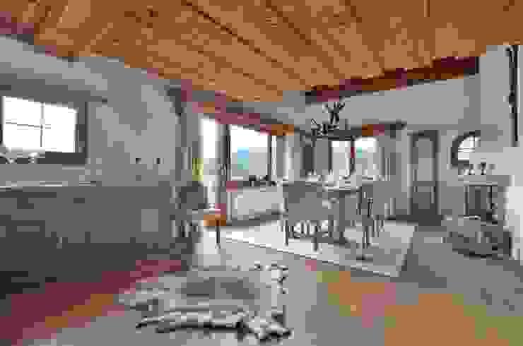 Esszimmer mit Alpen Accessoires von Select Living Interiors Rustikal