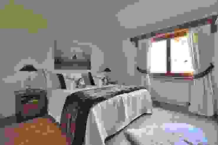 Schlafzimmer in Brauntönen von Select Living Interiors Rustikal