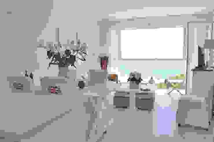 Wohnzimmer kompakt von Select Living Interiors Mediterran