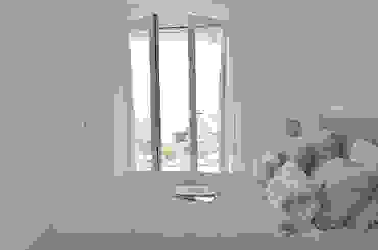 Schlafzimmer in beige und weiss von Select Living Interiors Mediterran