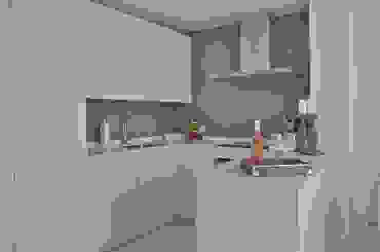 Küche weiss von Select Living Interiors Mediterran