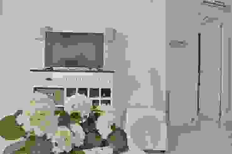 Console mit Stauraum und Weinfächer von Select Living Interiors Mediterran