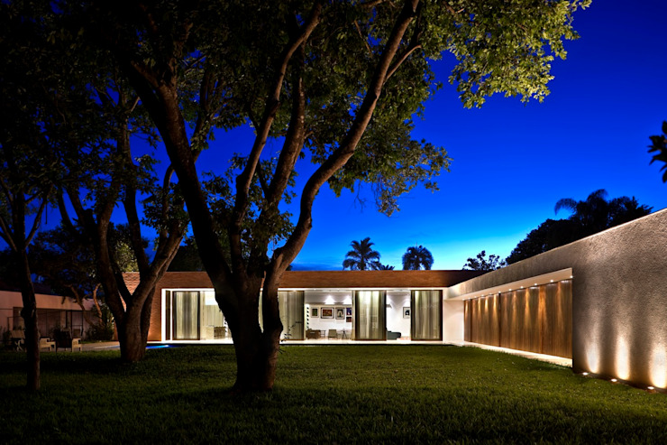 Fachada posterior Casas modernas por CBR Arquitetura Ltda. Moderno Tijolo