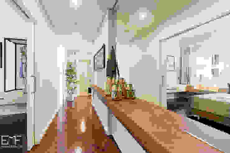 Couloir, entrée, escaliers modernes par EMF arquitetura Moderne