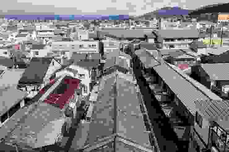 山本嘉寛建築設計事務所 YYAA:  tarz Beşik çatı, Asyatik Seramik