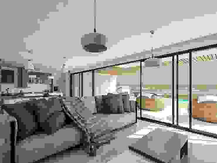Kiuva arquitectura y diseño Salones de estilo minimalista Hormigón Blanco