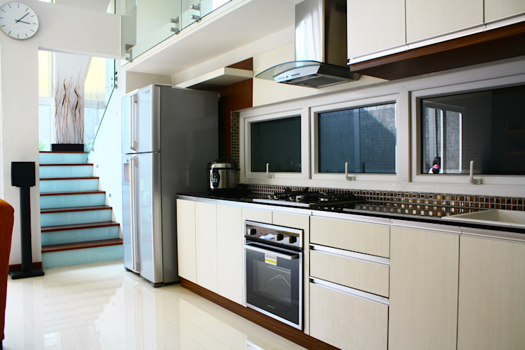 Kabinet Dapur: Kitchen oleh Exxo interior,