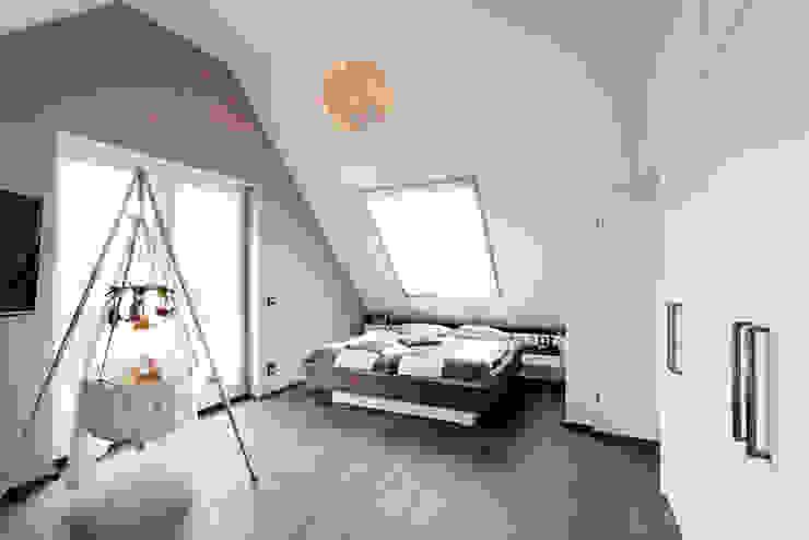 Koitka Innenausbau GmbH Dormitorios de estilo minimalista