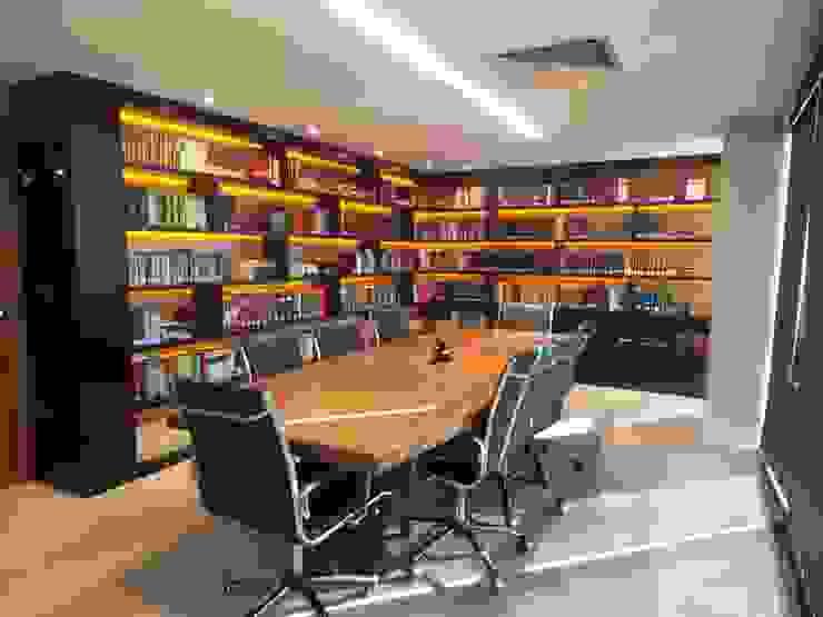 studiok arquitetura Estudios y despachos de estilo moderno
