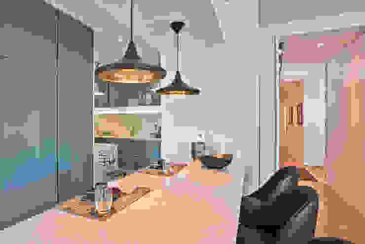 Balcão de Apoio divisórios entre Cozinha e Sala de Estar por LAVRADIO DESIGN Moderno