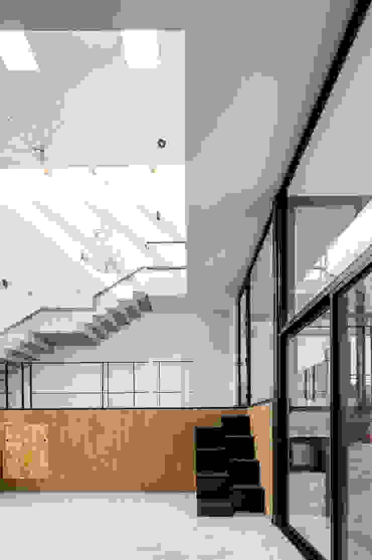 Casa-estudio Choi CEC Salones modernos de CUBO ROJO Arquitectura Moderno