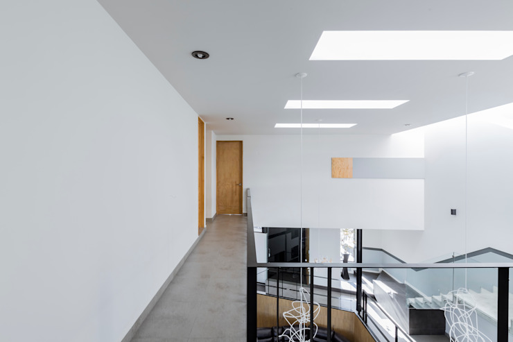 Casa-estudio Choi CEC Pasillos, vestíbulos y escaleras modernos de CUBO ROJO Arquitectura Moderno