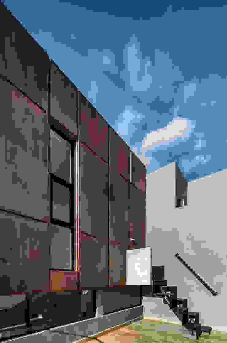 Casa-estudio Choi CEC Balcones y terrazas modernos de CUBO ROJO Arquitectura Moderno