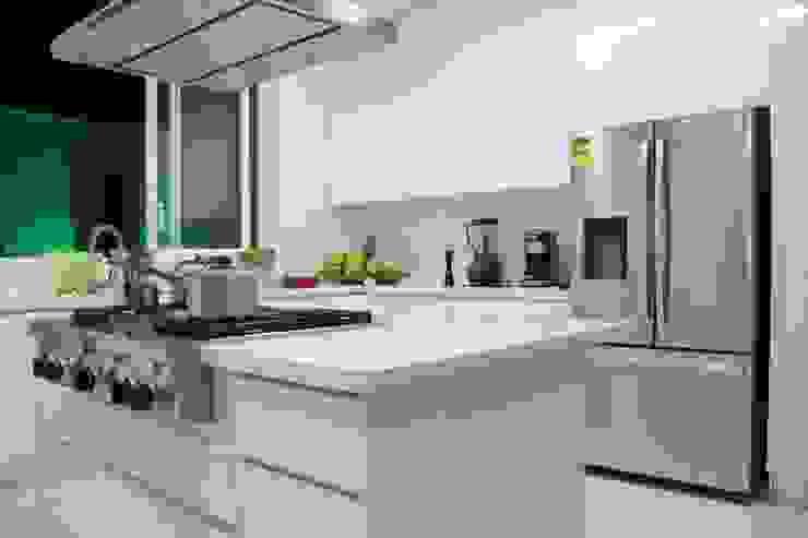Cocina SERVO - DRIVE Cocinas de estilo minimalista de TRES52 S.A.S Minimalista