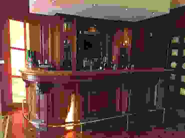 Angoli bar in casa Soggiorno classico di Falegnameria su misura Classico Legno Effetto legno
