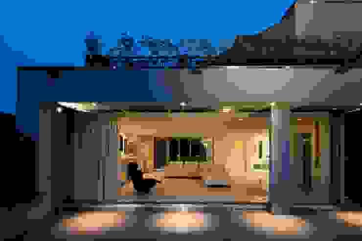 高輪台 建築家志望だった施主と協働して理想の住まいづくり House in Urban Setting 01 モダンデザインの テラス の JWA,Jun Watanabe & Associates モダン
