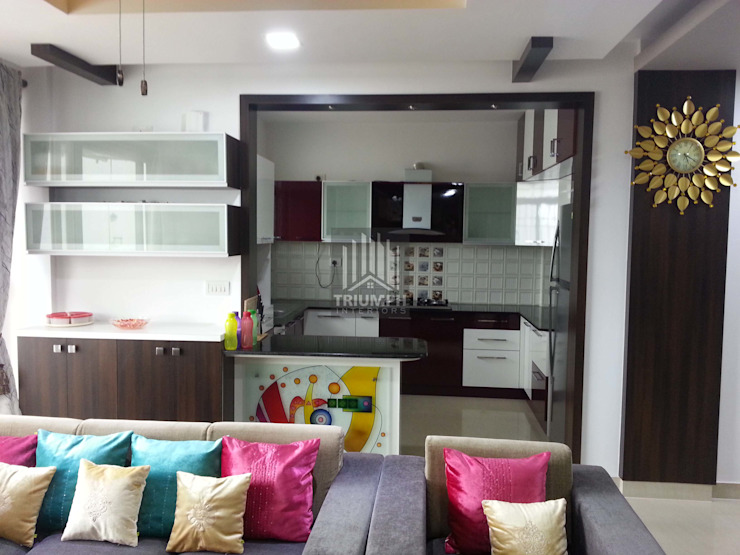 Kitchen and crockery cabinates: classic  by TRIUMPH INTERIORS, Classic Plywood