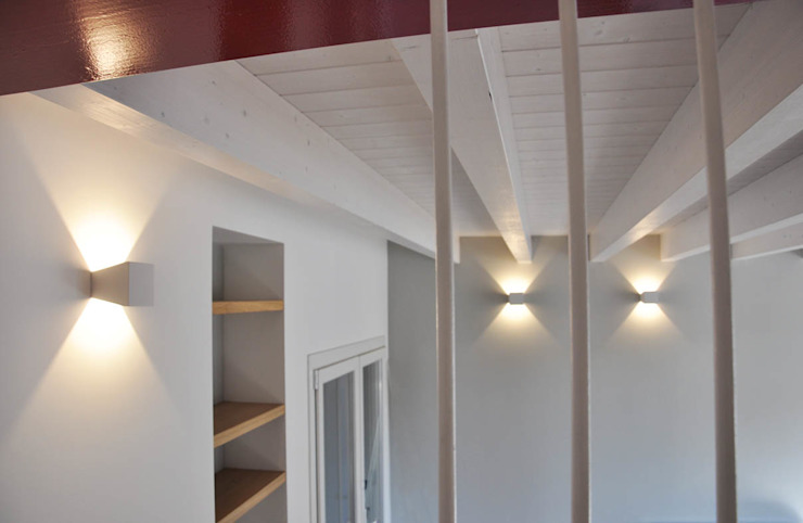 Casa con corte Pareti & Pavimenti in stile moderno di atelier architettura Moderno