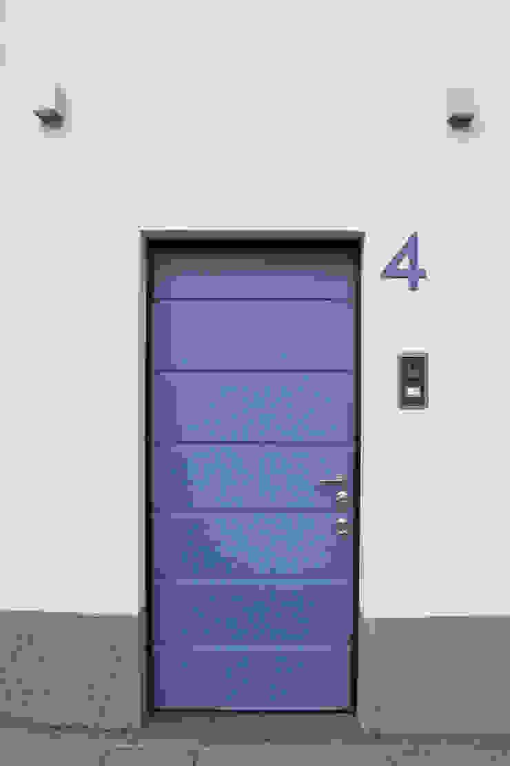 Casa con corte di atelier architettura Moderno