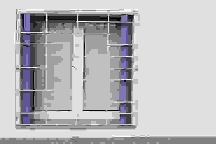 Casa con corte Finestre & Porte in stile moderno di atelier architettura Moderno