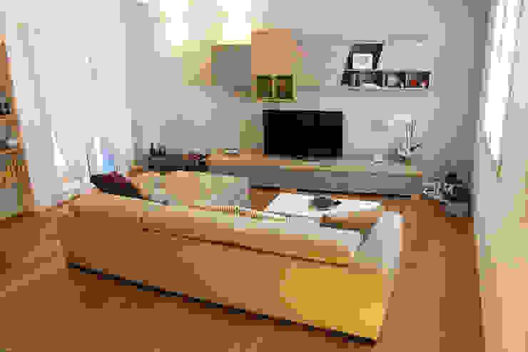 Casa con corte Soggiorno moderno di atelier architettura Moderno