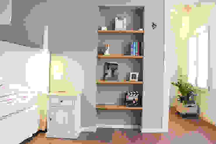 Casa con corte Camera da letto moderna di atelier architettura Moderno