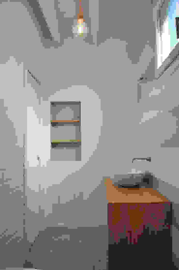 Casa con corte Bagno moderno di atelier architettura Moderno