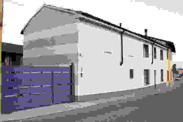 Casa con corte Case moderne di atelier architettura Moderno