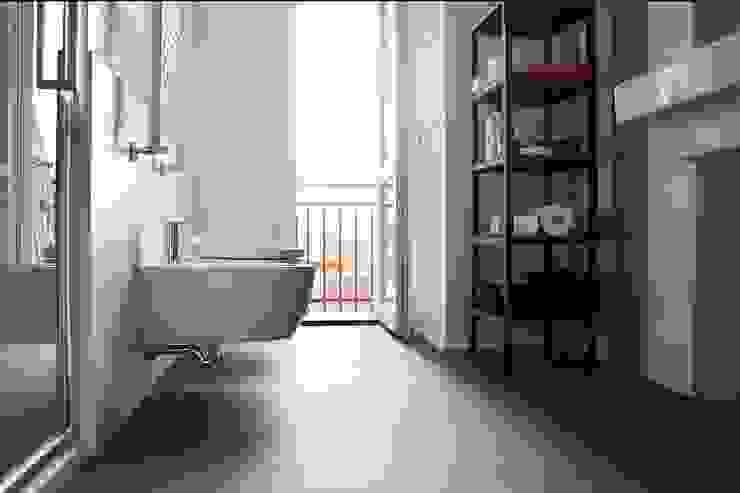 Appartamento in città Bagno moderno di atelier architettura Moderno