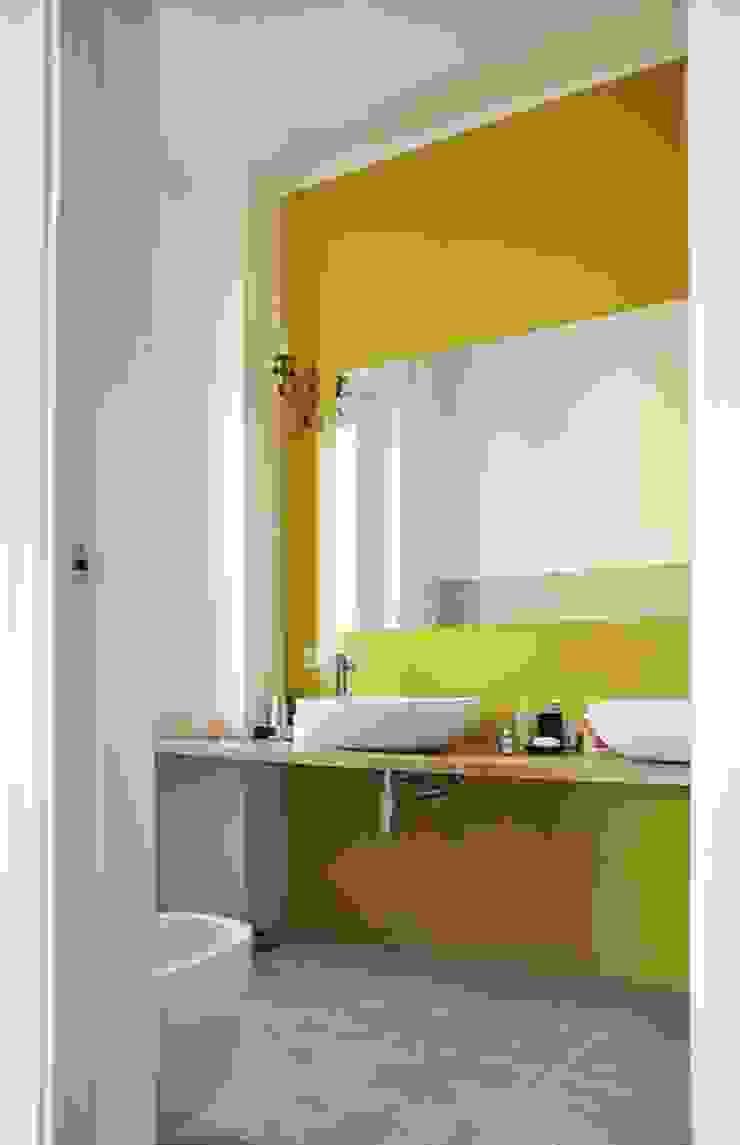 Modern bathroom by atelier architettura Modern
