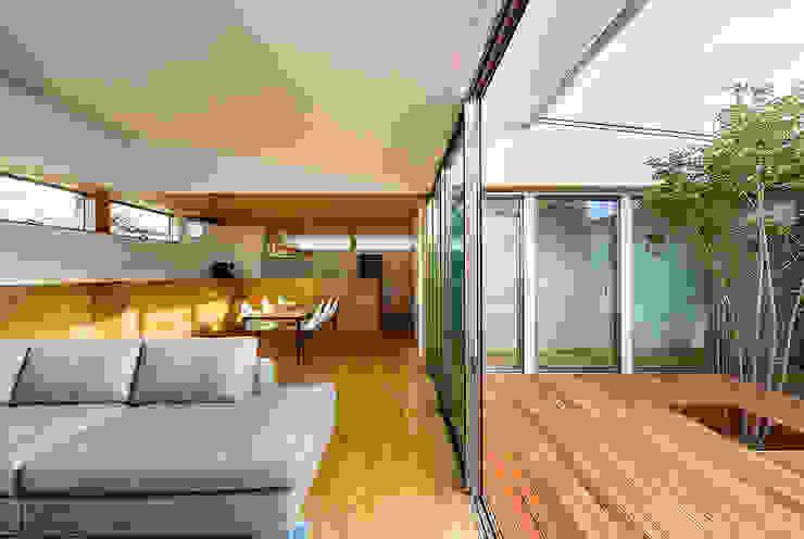 haus-flow リビング&中庭 一級建築士事務所haus 北欧デザインの リビング 木 白色