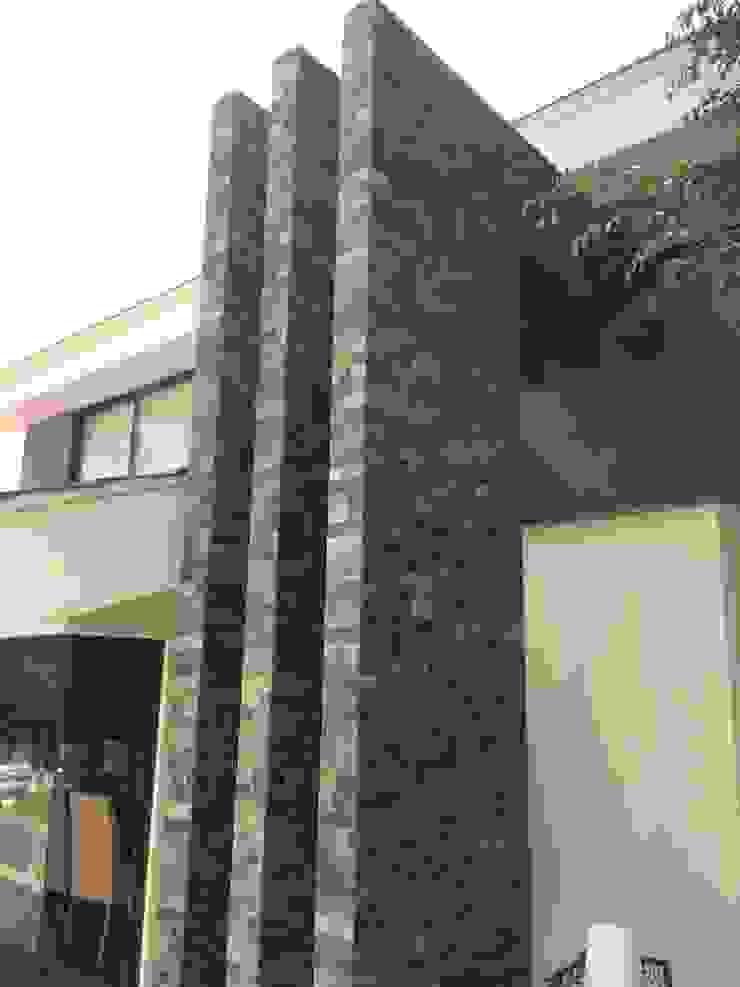 Marco de piedra Casas de estilo tropical de CESAR MONCADA SALAZAR (L2M ARQUITECTOS S DE RL DE CV) Tropical