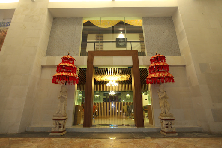 THE BALANCE OF MODERN & TRADITIONAL SPA @ BALI:  Hotels by PT. Dekorasi Hunian Indonesia (DHI)