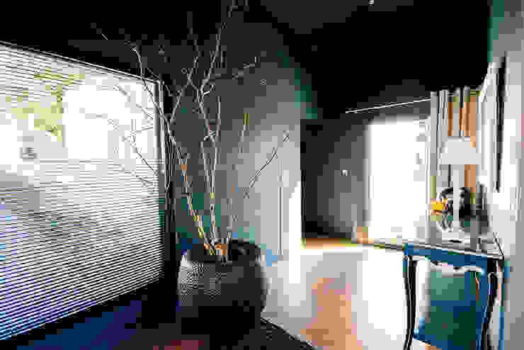 VILLA BORDEAUX Artigues: Couloir et hall d'entrée de style  par Julie Chatelain, Moderne
