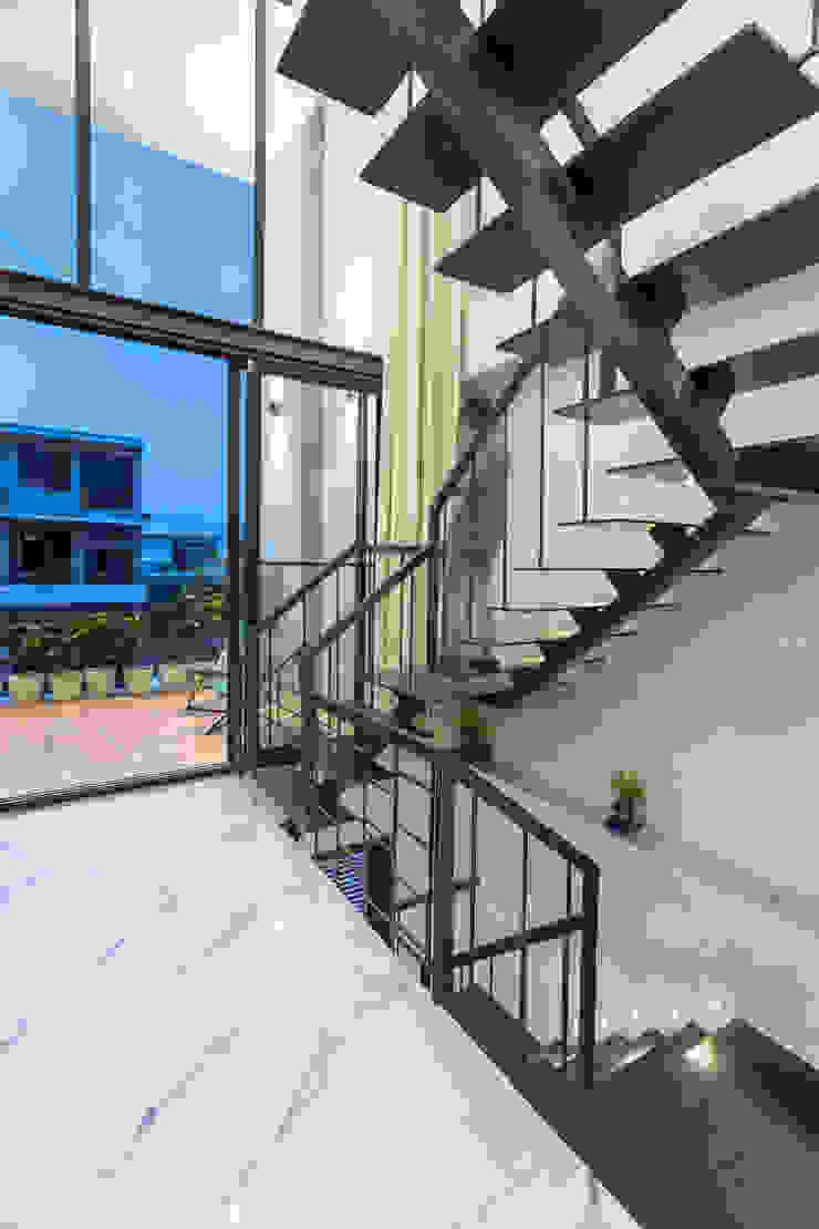 Sky Box House by Garg Architects Modern Iron/Steel