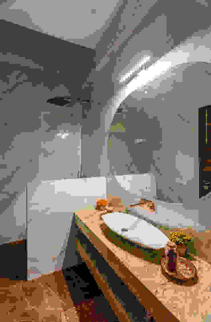 Sky Box House Modern bathroom by Garg Architects Modern Tiles