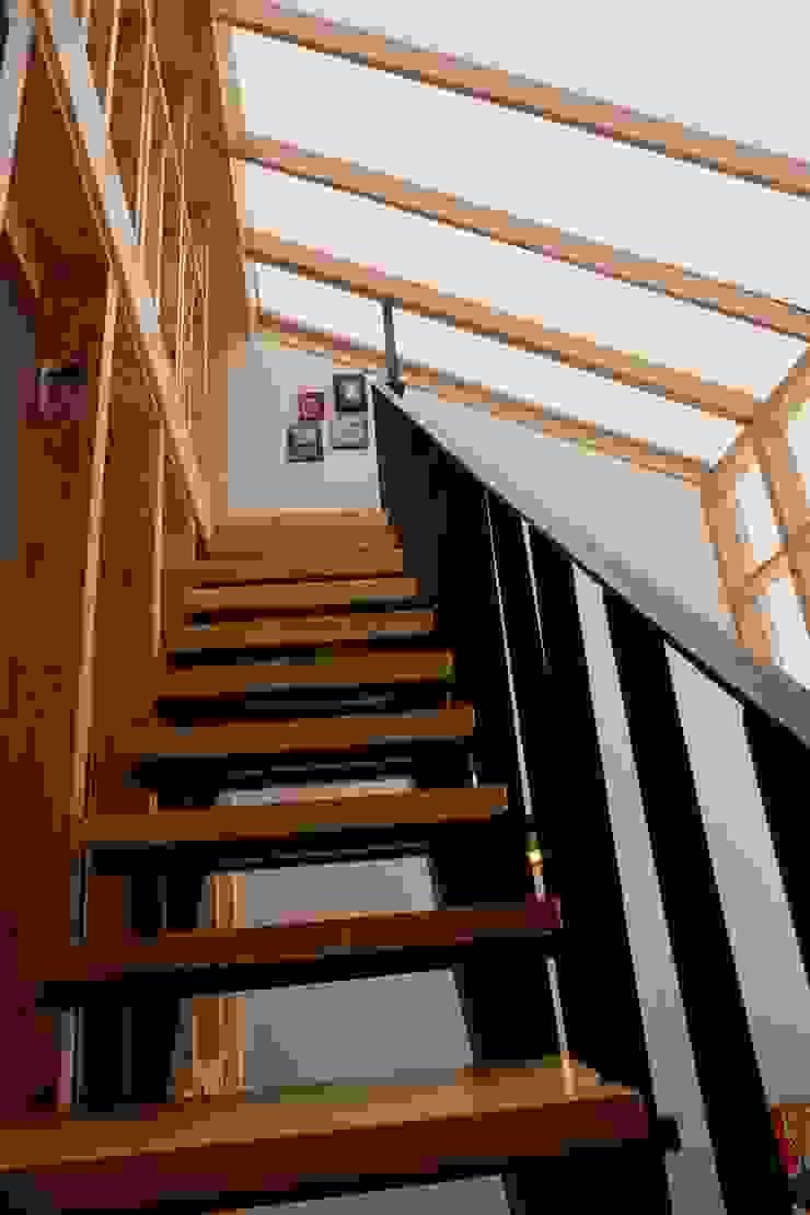 2층-다락방 계단 모던스타일 거실 by 건축그룹 [tam] 모던 금속