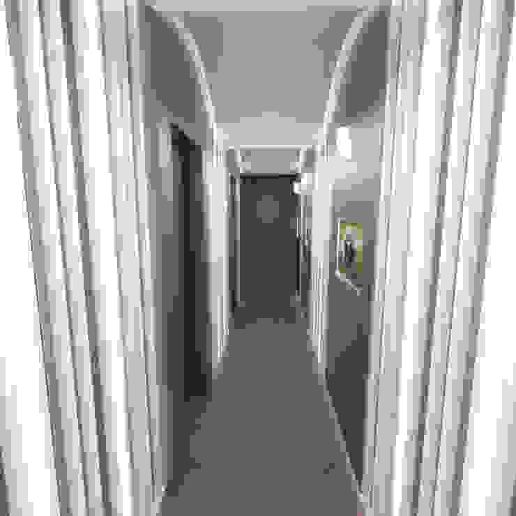 Half & Half Circle Residenence Modern corridor, hallway & stairs by TheeAe Architects Modern