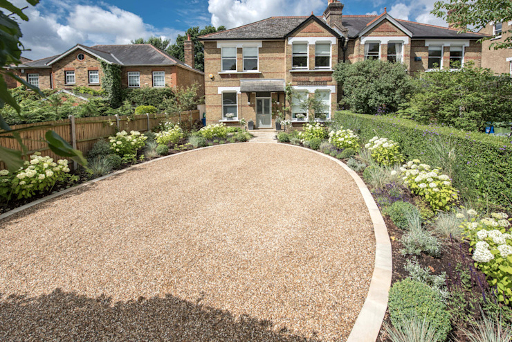 Shape and colour for a spacious front garden and driveway Modern garden by Kate Eyre Garden Design Modern