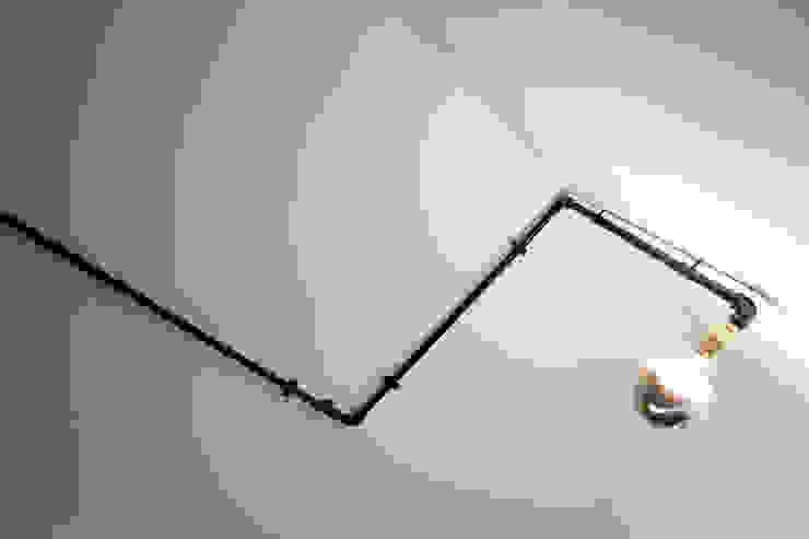 Apartamento EL.P - Remodelação A2OFFICE Corredor, hall e escadasIluminação Ferro/Aço