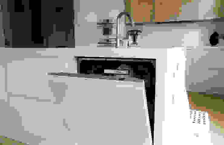 Garfield na Cozinha por Moderestilo - Cozinhas e equipamentos Lda Minimalista MDF