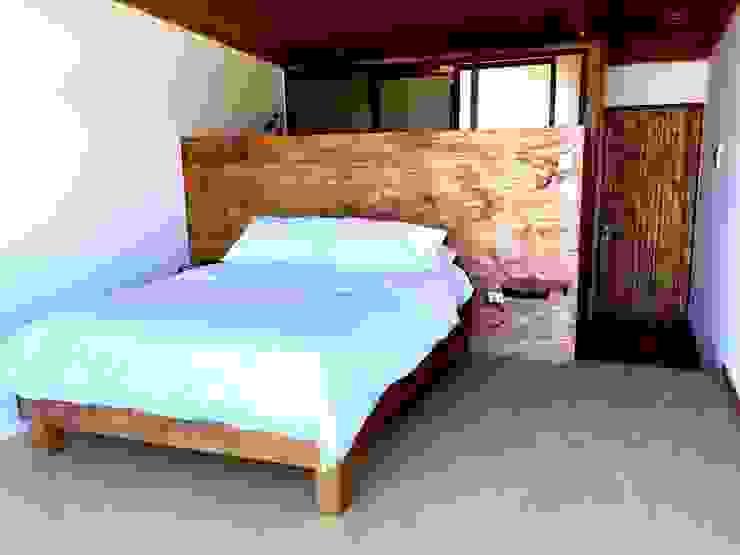 HOSTAL LA MAI, AVENIDA COSTANERA, PICHILEMU Comedores de estilo moderno de KIMCHE ARQUITECTOS Moderno Madera Acabado en madera