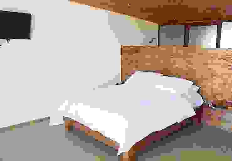 HOSTAL LA MAI, AVENIDA COSTANERA, PICHILEMU de KIMCHE ARQUITECTOS Moderno Madera Acabado en madera